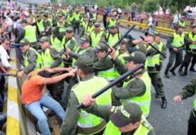 Suspenden de sus cargos a dos policías colombianos por abuso de autoridad