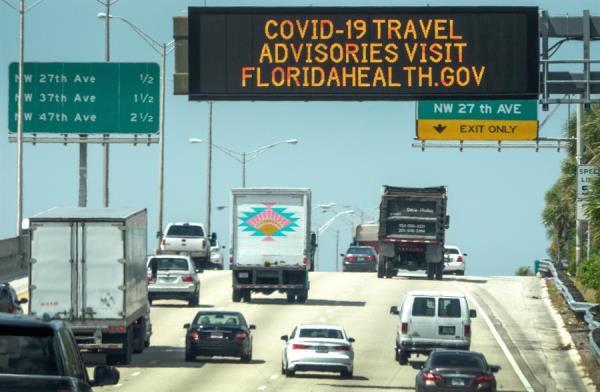 Florida da plena apertura comercial con casi 3.000 casos nuevos de COVID-19
