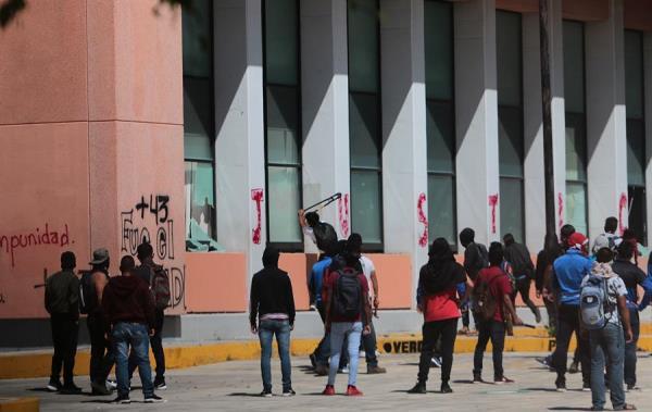 Padres de víctimas de Ayotzinapa protestan ante Congreso de Guerrero