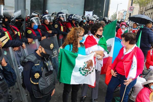 Opositores a López Obrador consiguen acampar en el Zócalo de Ciudad de México