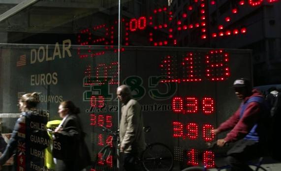 El euro cae tras contradicciones sobre el acuerdo fiscal en EEUU y datos