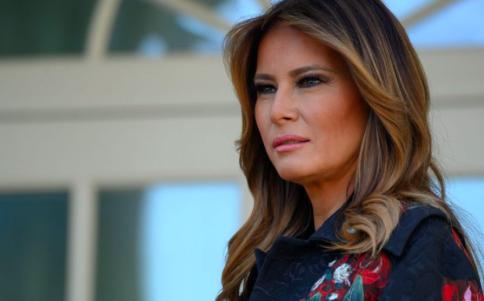 """Melania Trump dice que tiene """"síntomas leves"""" de COVID-19 y se siente """"bien"""""""