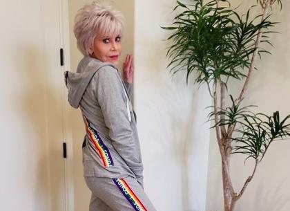 Jane Fonda anima al voto con una clase de deporte a sus 82 años