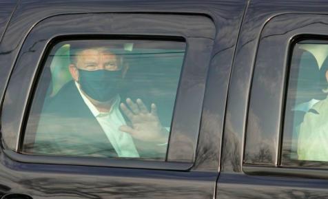 Trump sale del hospital para saludar a simpatizantes desde un auto