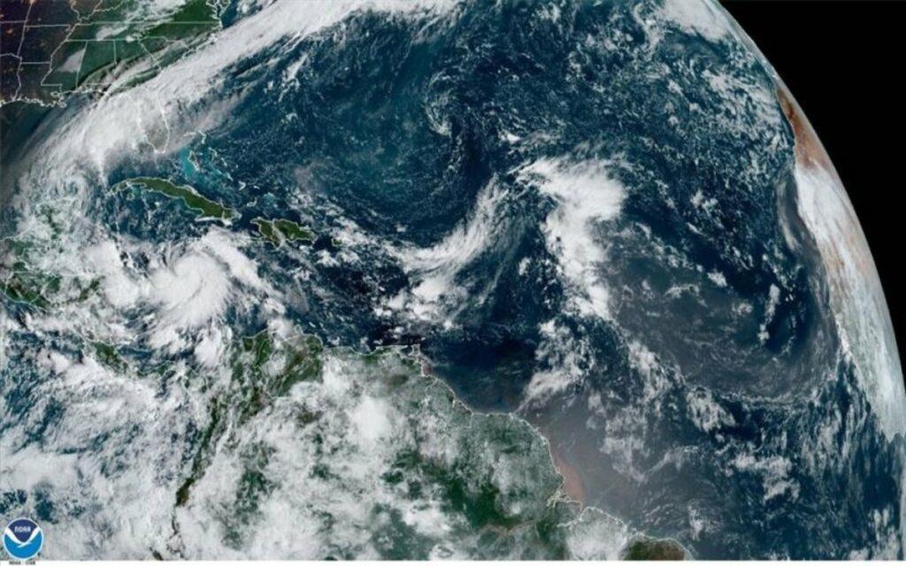 Delta se convierte en huracán en el Caribe rumbo a México