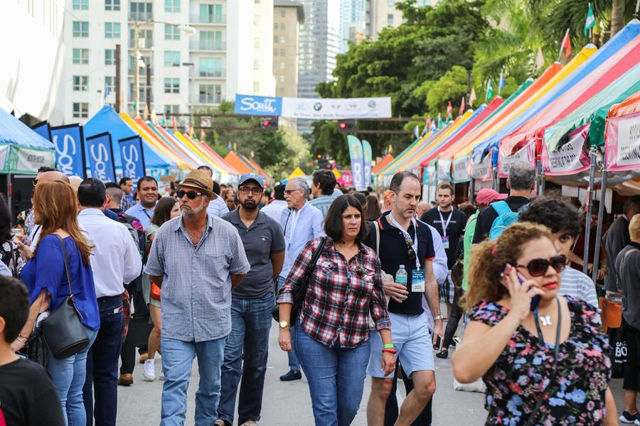 """Feria del Libro de Miami se pone """"mascarilla"""""""