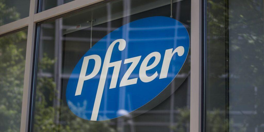 Pfizer asegura que la política no afectará el desarrollo de la vacuna