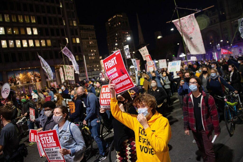 Manifestantes en Filadelfia exigen el recuento de todos los votos