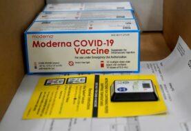 """EEUU empieza a administrar la vacuna de Moderna en """"ofensiva"""" contra covid-19"""