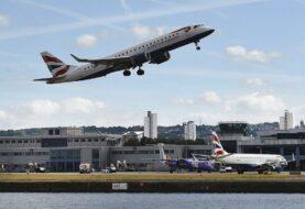 Nueva York pide a aerolíneas que vuelan desde Reino Unido hacer pruebas covid