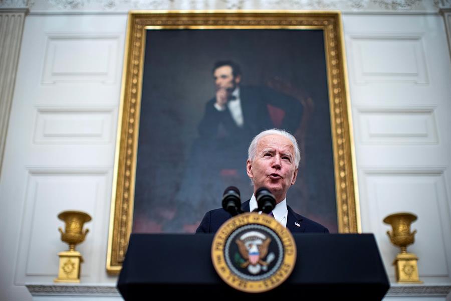 """Biden lanza una estrategia """"de guerra"""" para contener la pandemia en EE.UU."""