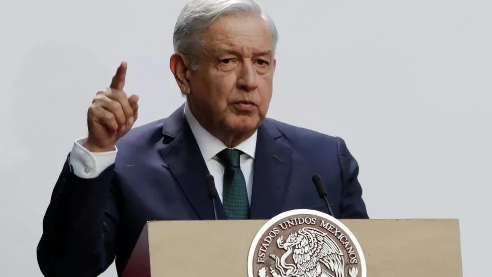 López Obrador es incluido junto a próceres en un mural en noroeste de México