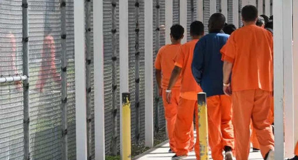 Policía busca a reo hispano liberado por error en Estados Unidos