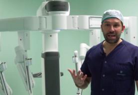 Robot quirúrgico extirpa un tumor a una paciente despierta por primera vez