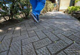 """Joven keniana que crea ladrillos reciclados """"más duros que el hormigón"""""""