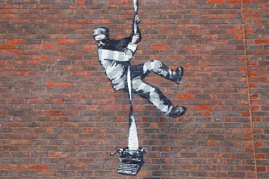 Banksy reaparece con un mural en la prisión inglesa de Reading