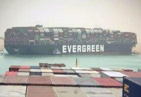 Diez barcos remolcadores consiguieron mover el Ever Given después de 6 días