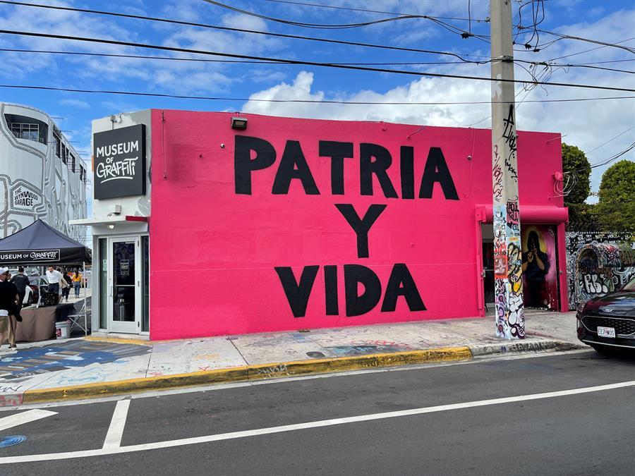"""Grafitero cubano realiza un mural con el lema """"Patria y Vida"""""""
