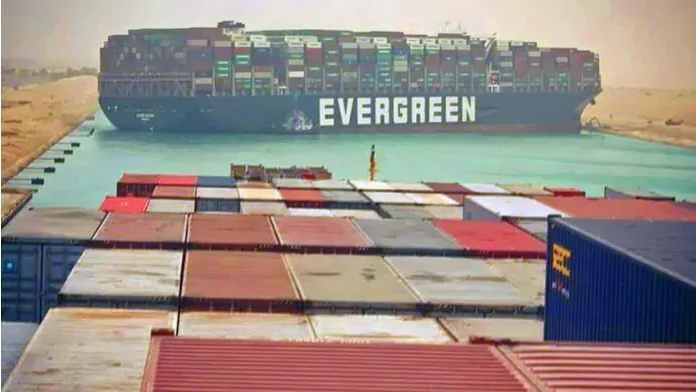 Canal de Suez sigue bloqueado por tercer día