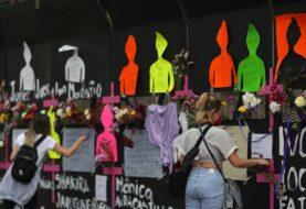 Feministas exigen en fachada de casa presidencial de México