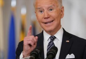 Biden despide a 40 expertos contratados por Trump