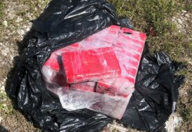 Buzo encuentra una bolsa flotando con fardos de cocaína