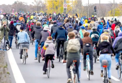 Cientos de personas en bicicleta marchan en Berlin