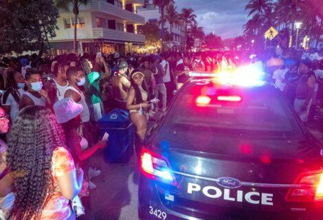 Turistas en Miami Beach acatan el toque de queda