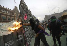 Marcha feminista deja 62 policías y 19 mujeres heridas en Ciudad de México