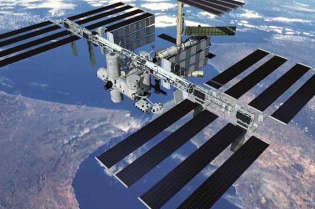 Cosmonautas rusos sellan las fisuras de la EEI