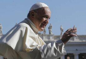 El papa celebra su onomástica vacunando a los pobres