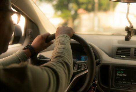 Mujer trata de estrangular a chofer de Uber en Florida