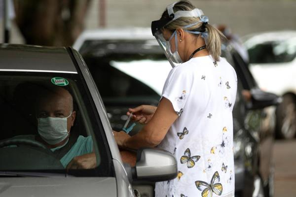 Brasil empieza vacunación contra la gripe en la peor fase del covid-19