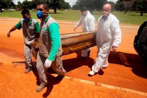 Brasil supera las 400.000 muertes por covid con los hospitales aún atestados