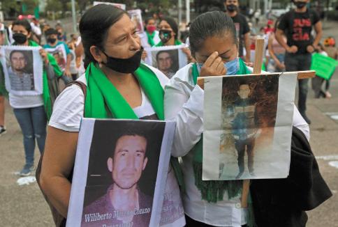 Familias de desaparecidos en México protestan contra reforma a la Fiscalía