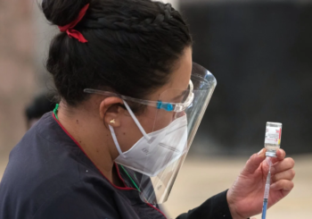 Tras escandalo, México acelera vacunación de adultos mayores