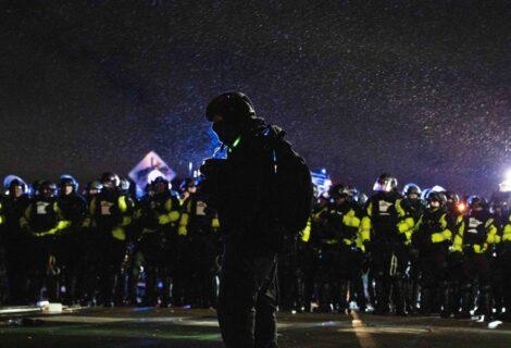 Cientos de personas siguen manifestando en Mineápolis