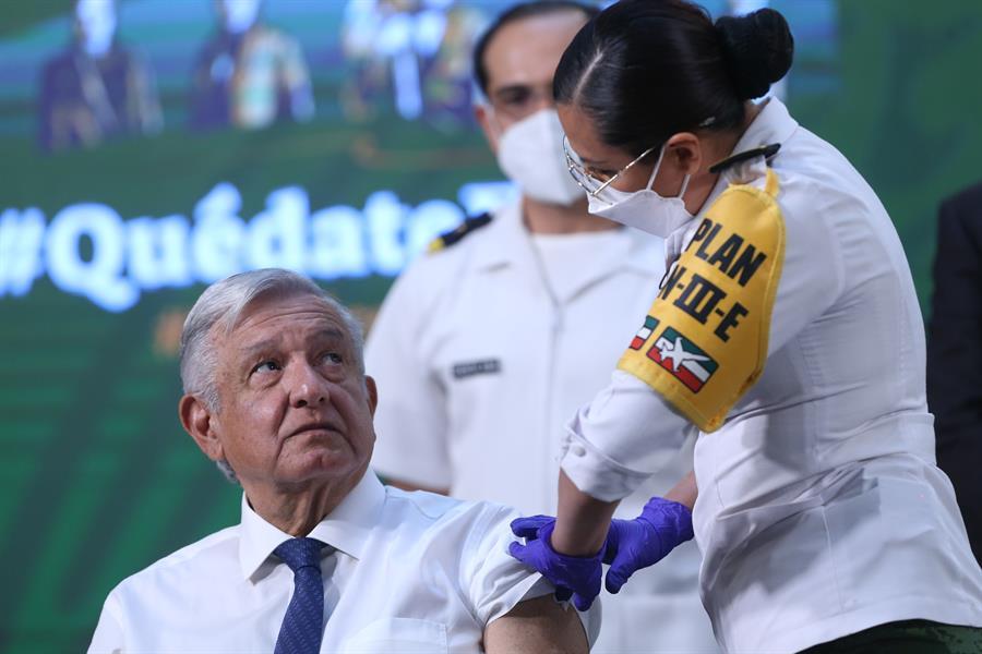 López Obrador se vacuna con AstraZeneca