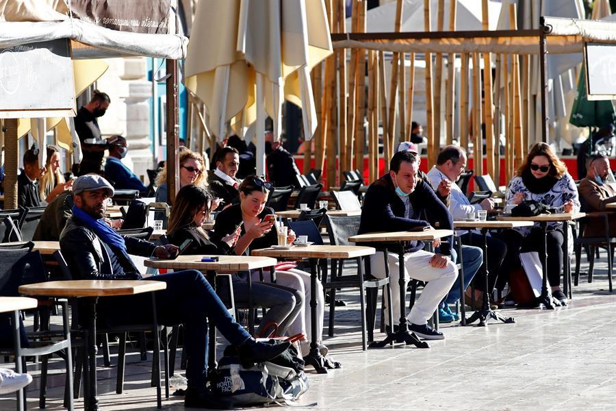 Francia reabre la vida cultural y gastronómica
