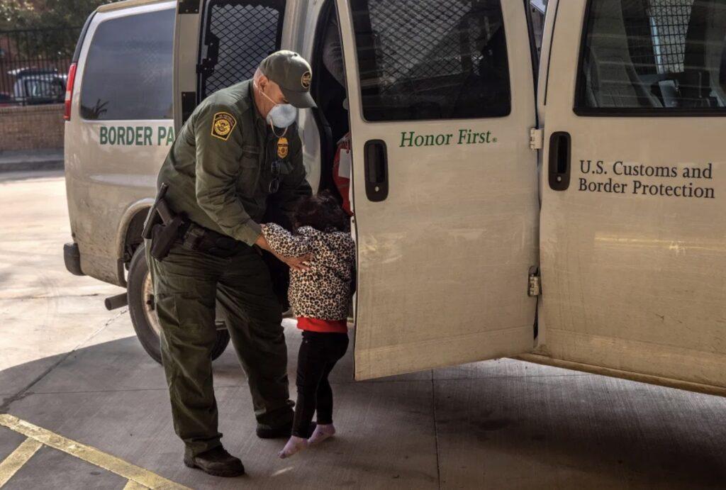 Niñas hondureñas halladas en frontera esperan a sus padres