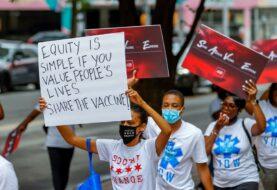 Decenas de personas piden que EEUU compartan sus vacunas