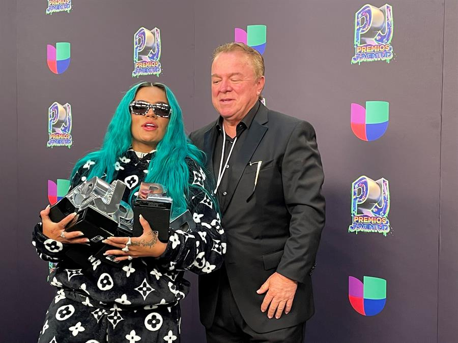 Karol G y Bad Bunny se coronan en unos Premios Juventud