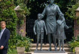 Guillermo y Enrique desvelan estatua en honor a Diana