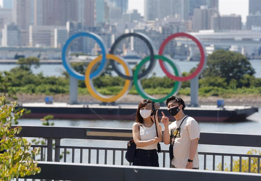 Anillos olímpicos despiertan ilusión y rechazo en Tokio
