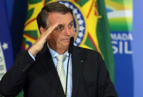 Facebook bloquea transmisión de Bolsonaro por vincular vacuna anticovid con el sida
