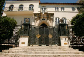 Policia identifica a 2 cadáveres en antigua mansión Versace