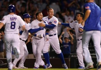 Javier Báez pega el hit de la victoria de los Cubs