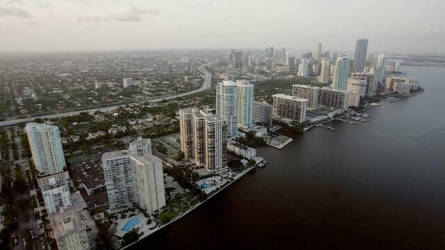 Paracaidistas saltan contra la dictadura cubana en Miami