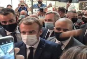 Joven lanza huevo a Emmanuel Macron