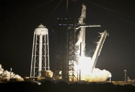 Cápsula de SpaceX despega con la primera misión de civiles